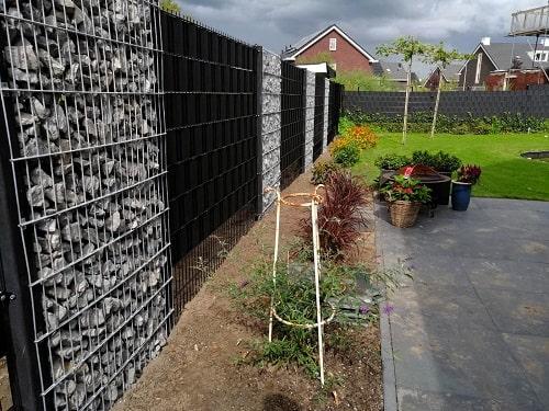 Gabionenkörbe als Trennwand im Garten